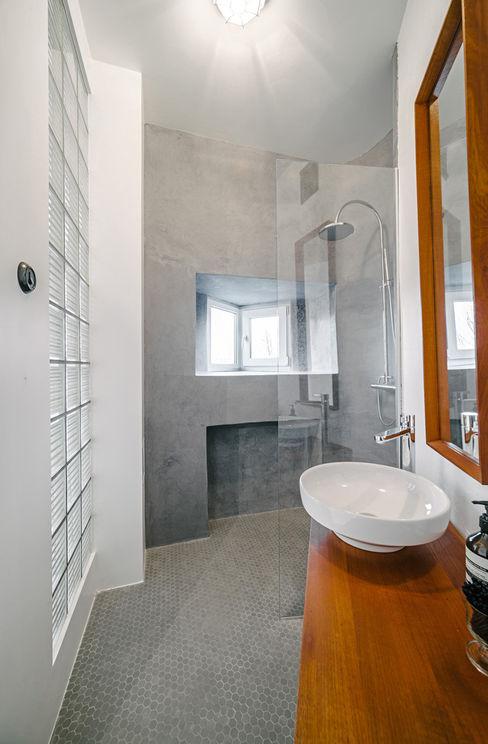 Skandinavisch Einrichten in einem alten Holzhaus in Tallinn Baltic Design Shop Salle de bain scandinave Béton Gris