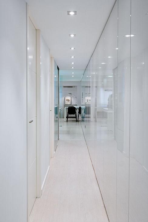 Casa Manises - Pasillo Chiralt Arquitectos Pasillos, vestíbulos y escaleras de estilo minimalista