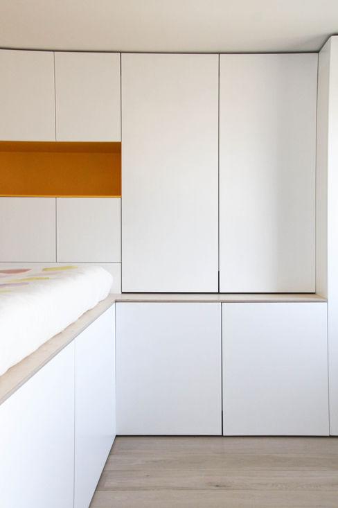 Rénovation d'un appartement bruxellois Alizée Dassonville   architecture Chambre moderne