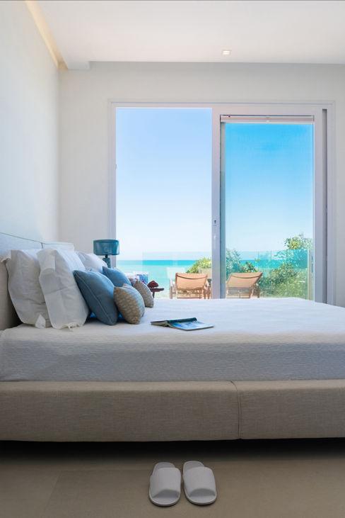 WR House Renata Matos Arquitetura & Business 臥室床與床頭櫃 棉 White