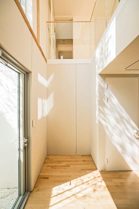 min workshop Modern Corridor, Hallway and Staircase