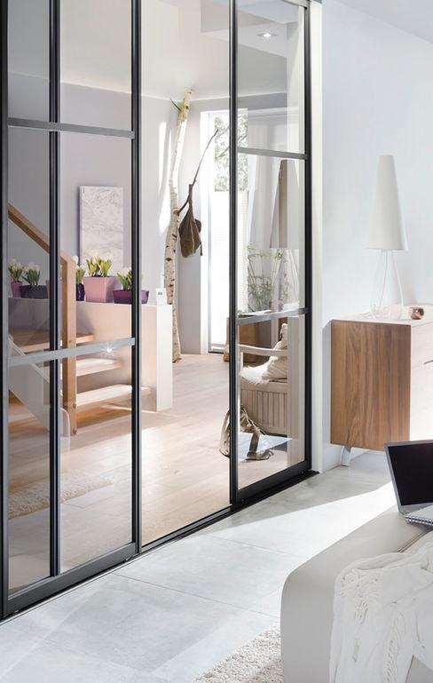 Elfa Deutschland GmbH Pasillos, vestíbulos y escaleras de estilo escandinavo Vidrio Transparente