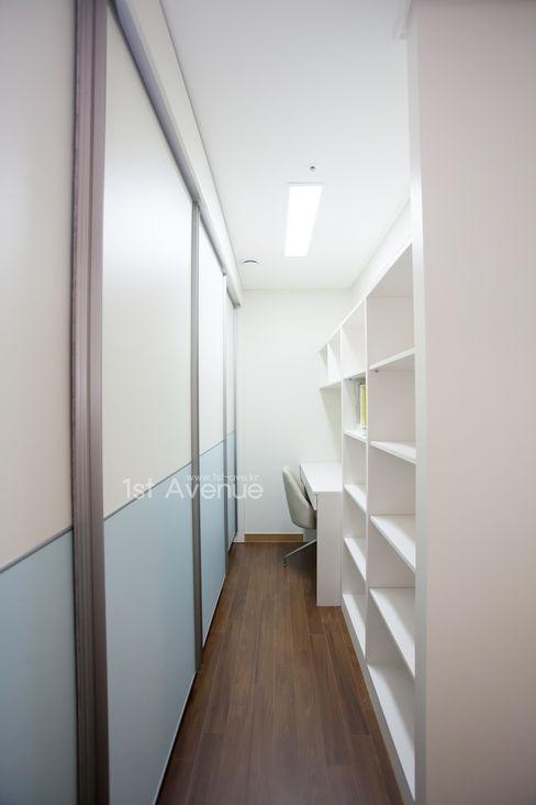 시원한 블루가 포인트 되어주는 인테리어 퍼스트애비뉴 모던스타일 침실