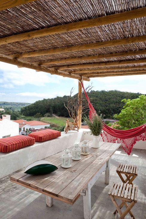 pedro quintela studio Balkon, Beranda & Teras Gaya Rustic White