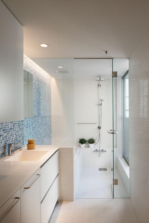 アトリエ スピノザ Minimalist style bathroom