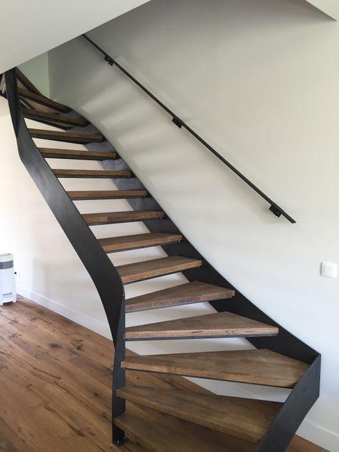 Trap in metaal met houten afwerking Feral Group 現代風玄關、走廊與階梯 複合木地板 Black