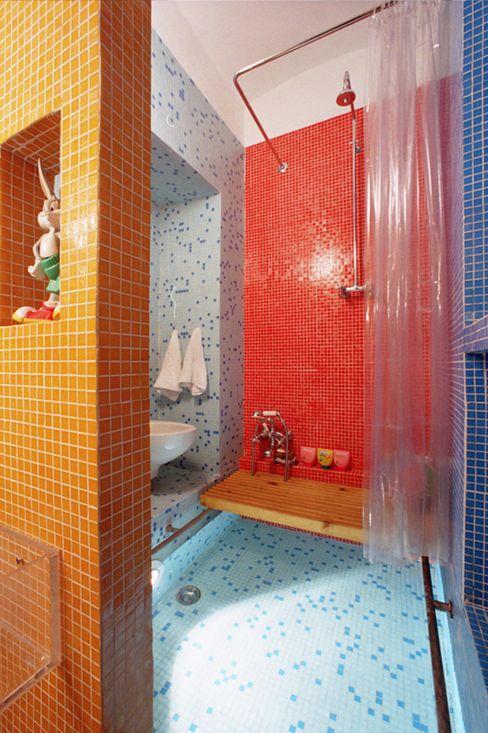 Bagno piscina Di Origine Progettuale DOParchitetti Bagno moderno Variopinto