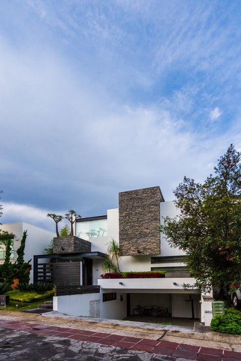 fachada aaestudio Casas modernas: Ideas, imágenes y decoración