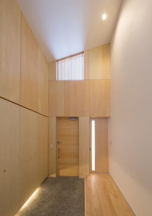 アトリエ24一級建築士事務所 Moderner Flur, Diele & Treppenhaus