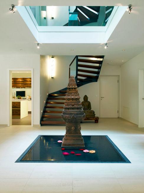 Entrance Baufritz (UK) Ltd. Pasillos, vestíbulos y escaleras de estilo moderno
