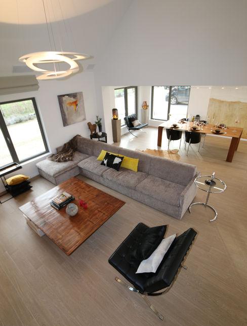 Fermette rustique se transforme en espace contemporain Sfeerontwerp | créateur d'atmosphère Salon moderne