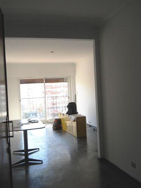Reforma Departamento en la Ciudad de Buenos Aires AyC Arquitectura Livings modernos: Ideas, imágenes y decoración