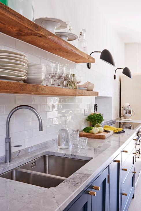 Light Filled Traditional Kitchen Holloways of Ludlow Bespoke Kitchens & Cabinetry Nhà bếp phong cách kinh điển Đá hoa White