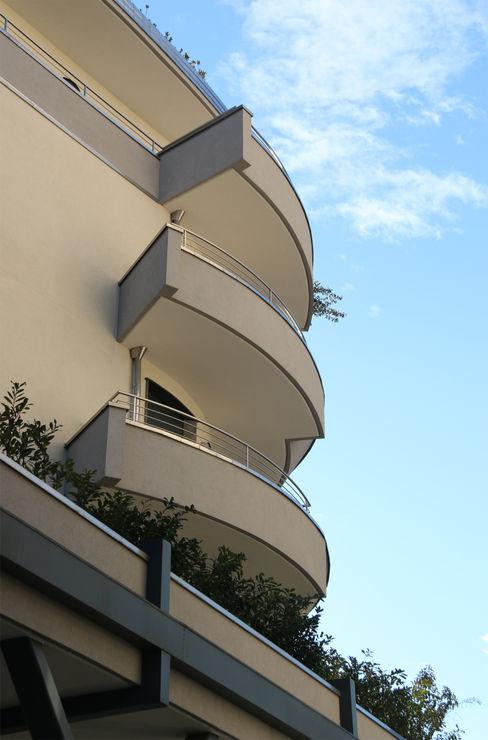 RESIDENZA EUROPA Arch. Paolo E. Bertolotti Balcone, Veranda & Terrazza in stile moderno Cemento Grigio