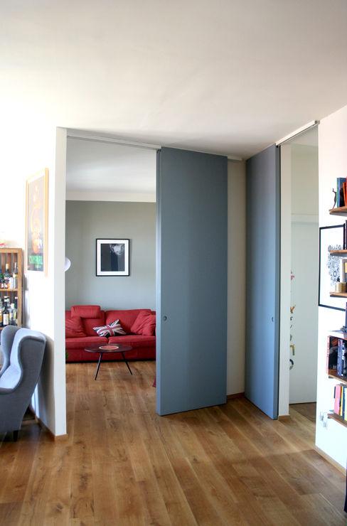 Porte scorrevoli a tutta altezza Atelier delle Verdure Ingresso, Corridoio & Scale in stile eclettico Blu
