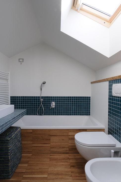 Bagno nel sottotetto Atelier delle Verdure Bagno moderno Blu