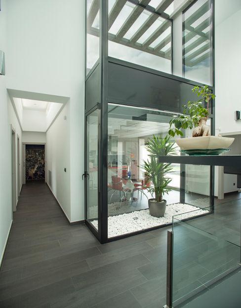 Mascagni arquitectos Modern corridor, hallway & stairs
