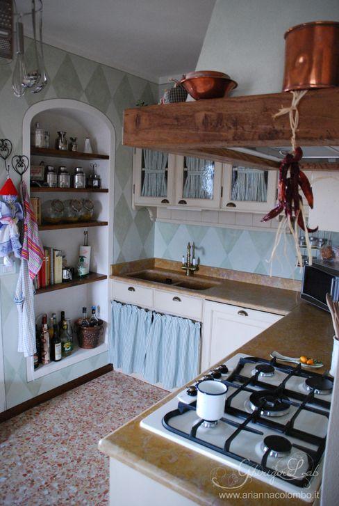 Decorazione a rombi per le pareti della cucina, mobili laccati ed anticati a mano. Ghirigori Lab di Arianna Colombo Cucina in stile rustico