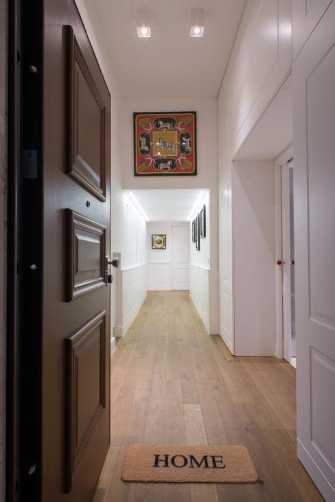 Un appartamento in centro Mario Ferrara Ingresso, Corridoio & Scale in stile moderno