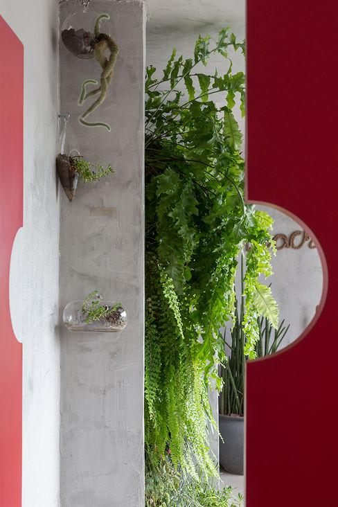 Eliane Mesquita Arquitetura Nowoczesny korytarz, przedpokój i schody Płyta MDF Czerwony