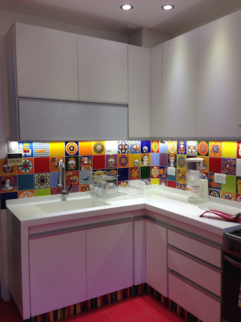 homify Kitchen Tiles Multicolored