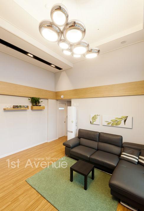 퍼스트애비뉴 现代客厅設計點子、靈感 & 圖片