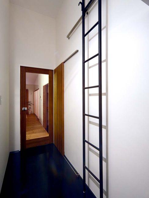 玄関 + 梯子 6th studio / 一級建築士事務所 スタジオロク モダンスタイルの 玄関&廊下&階段