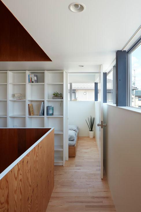 小泉設計室 Pasillos, vestíbulos y escaleras minimalistas