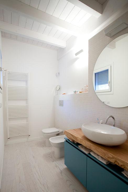 CasaAttiva Minimalist style bathroom
