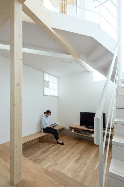 ホワイエ-1 一級建築士事務所 Atelier Casa ミニマルデザインの リビング 木