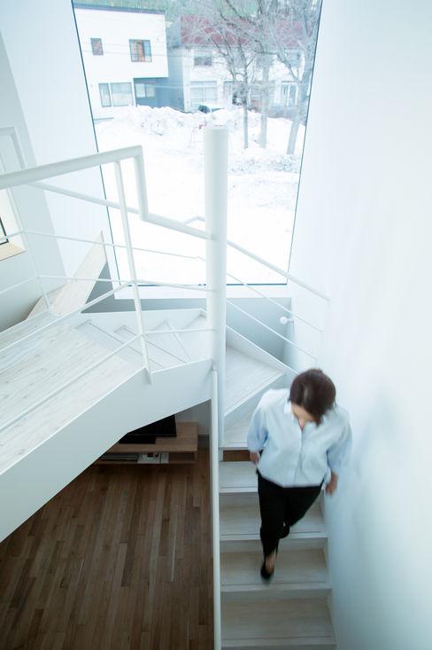 階段-3 一級建築士事務所 Atelier Casa ミニマルスタイルの 玄関&廊下&階段 鉄/鋼 白色
