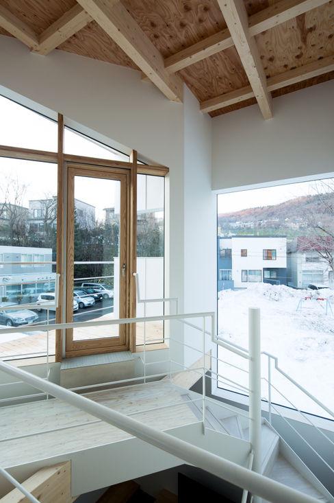 2Fホール 一級建築士事務所 Atelier Casa ミニマルスタイルの 玄関&廊下&階段