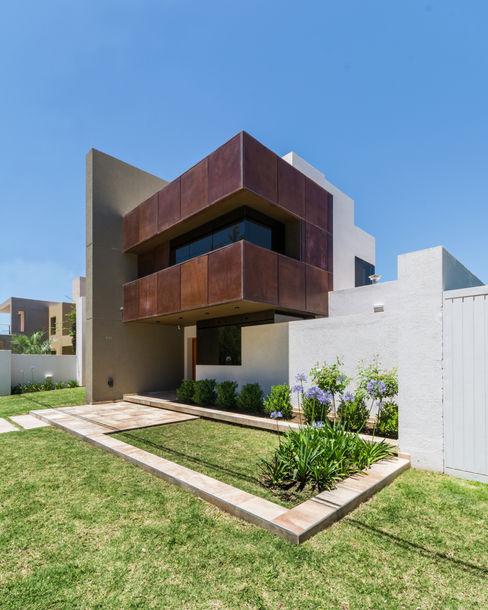 KARLEN + CLEMENTE ARQUITECTOS Casas modernas Metal Marrón