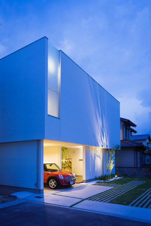 MITSUTOSHI OKAMOTO ARCHITECT OFFICE 岡本光利一級建築士事務所 Scandinavian style garage/shed Glass White