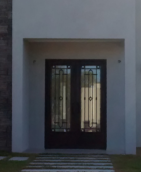 Puerta de entrada diseño recto DEL HIERRO DESIGN Casas modernas Hierro/Acero Negro