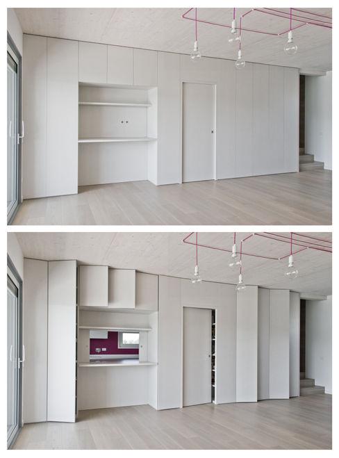 Mobile a tutta parete del soggiorno Margherita Mattiussi architetto Paesaggio d'interni Legno Effetto legno