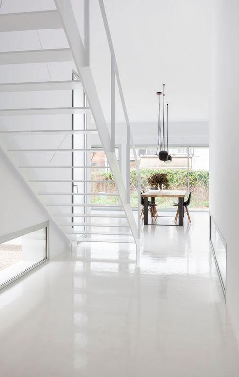 CABRÉ I DÍAZ ARQUITECTES Minimalistischer Flur, Diele & Treppenhaus