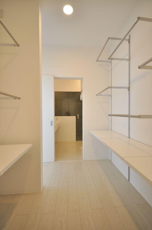 門一級建築士事務所 Moderne Ankleidezimmer Holz-Kunststoff-Verbund Weiß