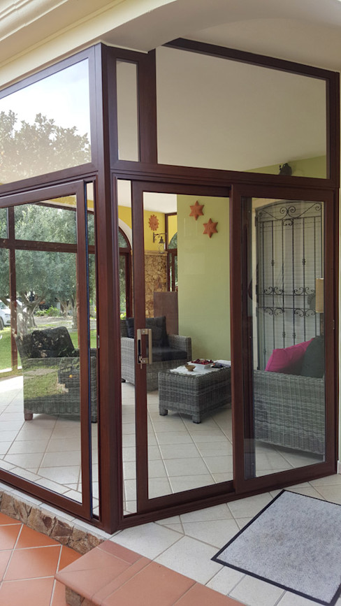 CHIUSURA VERANDA SERRAMENTI PIRAS Balcone, Veranda & Terrazza in stile moderno
