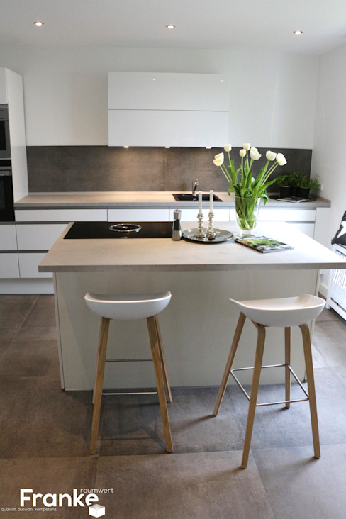 Betonoptik in einer modernen Küche Elmar Franke Fliesenlegermeisterbetrieb e.K. Moderne Küchen Fliesen Grau