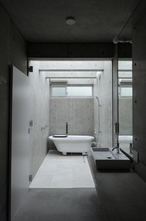 風景のある家.LLC Minimalist style bathrooms Concrete White