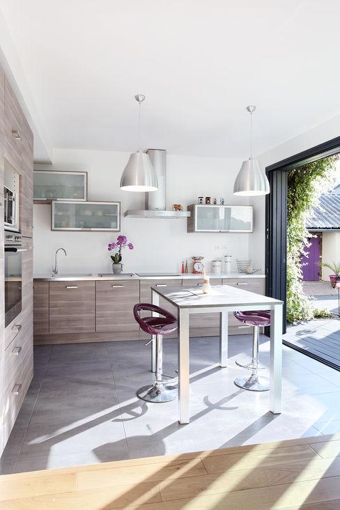 Cuisine ouverte sur l'extérieur O2 Concept Architecture Cuisine moderne Métal Effet bois