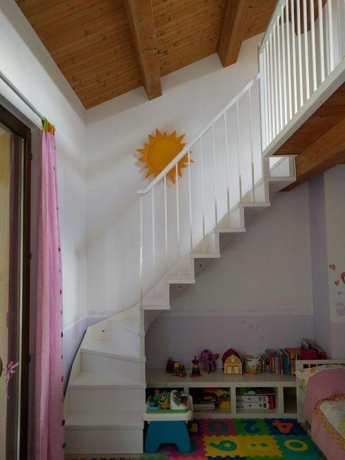 La scala di accesso al soppalco maurizioborri Stanza dei bambini in stile classico