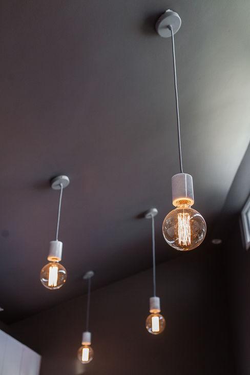 Kitchen Lighting Lauren Gilberthorpe Interiors Cocinas de estilo ecléctico Gris