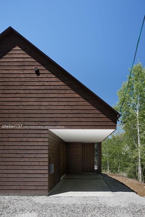 atelier137 ARCHITECTURAL DESIGN OFFICE 車庫/遮陽棚 木頭 Brown