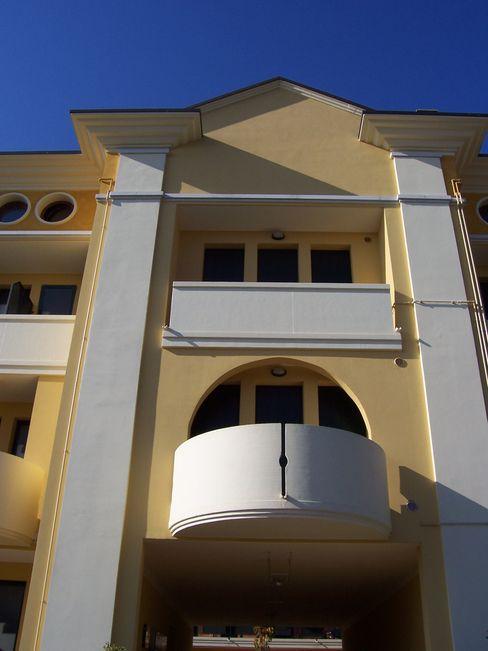 Condominio con balconi tondi Eleni Decor Case moderne