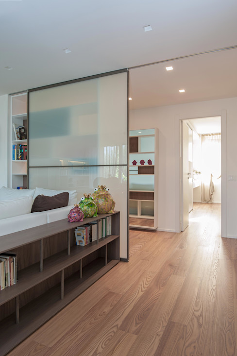 Studio Associato Casiraghi Corredores, halls e escadas minimalistas Branco