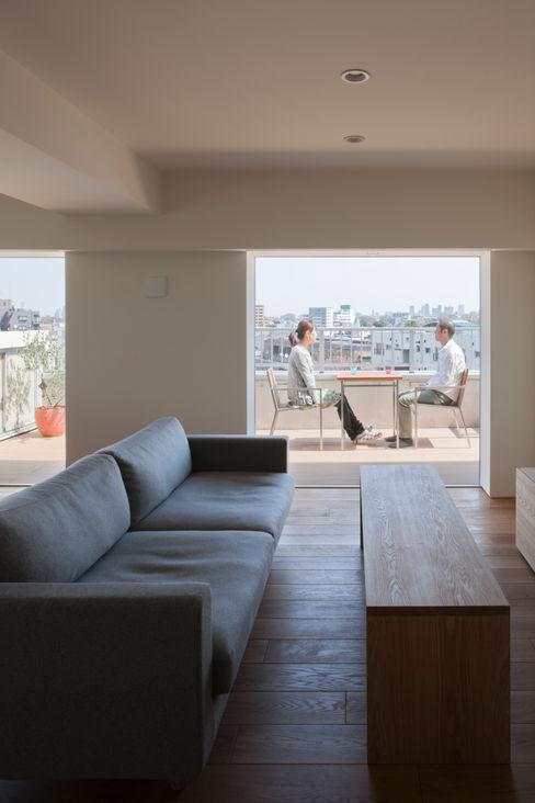 本城洋一建築設計事務所 minimalist style balcony, porch & terrace Solid Wood Wood effect
