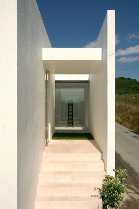 門一級建築士事務所 Minimalist style garden Reinforced concrete White