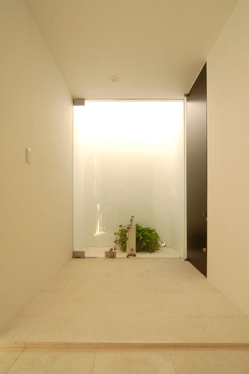 門一級建築士事務所 Minimalist corridor, hallway & stairs Marble White